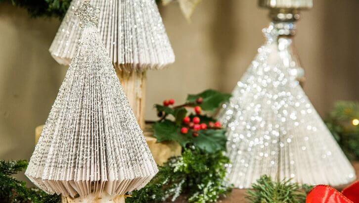 Árvore de natal artesanal feita com páginas de livros e glitter Foto de Hallmark Channel