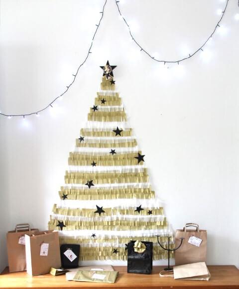 Árvore de natal artesanal feita com papeis dourados Foto de Clouds of Colour