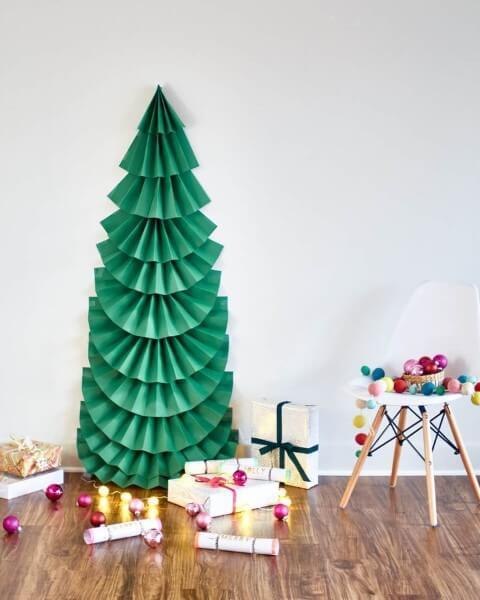 Árvore de natal artesanal feita com papel verde Foto de Eko Republika