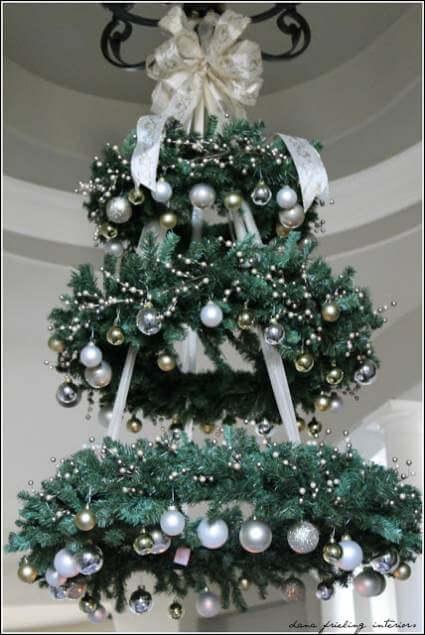 Árvore de natal artesanal feita de guirlandas Foto de Mobile Home Living