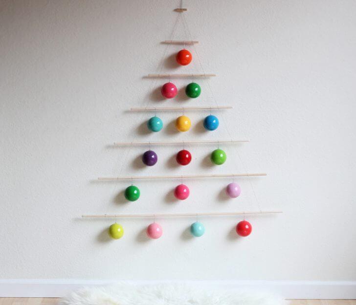 Árvore de natal artesanal minimalista om bolas coloridas Foto de In Habitat