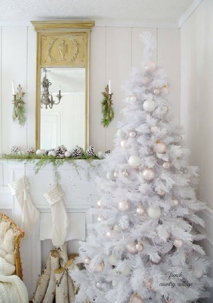 white christmas tree decorated with neutral colored ornaments Foto Pinterest