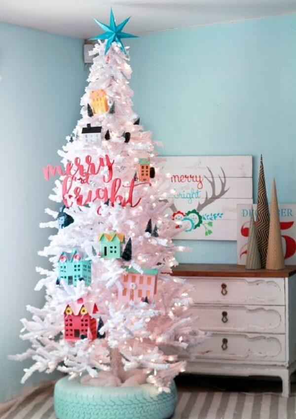 Os enfeites coloridos se destacam ainda mais na árvore de Natal branca