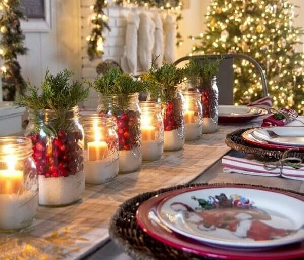 Mesa decorada com arranjos de Natal