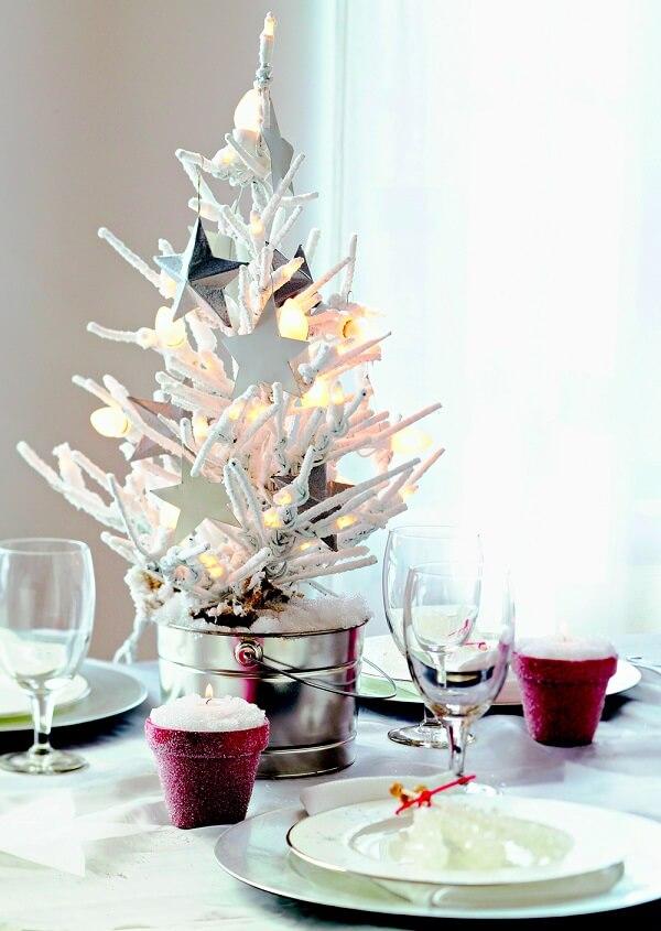 Mini árvore e velas utilizadas como arranjos de Natal