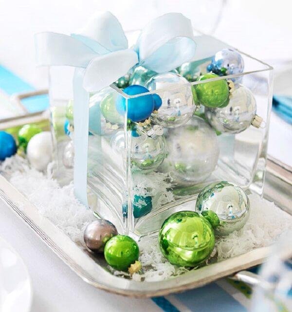 Pote de vidro e bolinhas coloridas compõem arranjos de Natal