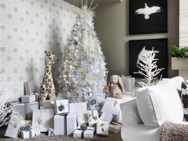 Sala de estar decorada com árvore de Natal branca