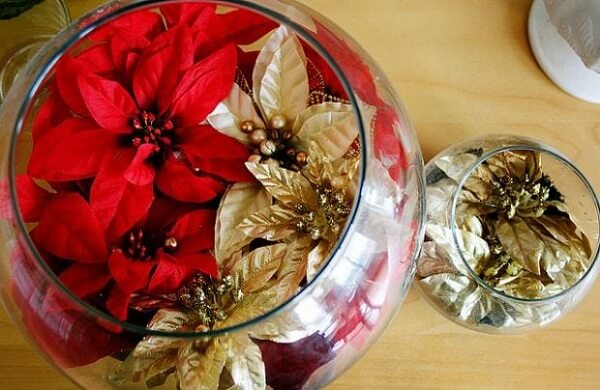 Potes de vidro e flores artificiais foram utilizadas como arranjo de Natal