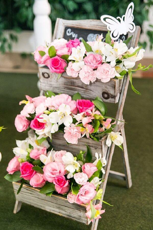 A estrutura da escada pode servir como floreira