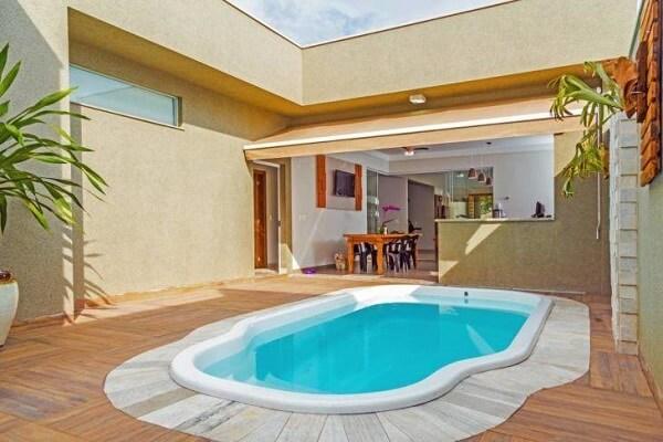 A piscina de fibra pode compor uma linda área de lazer pequena