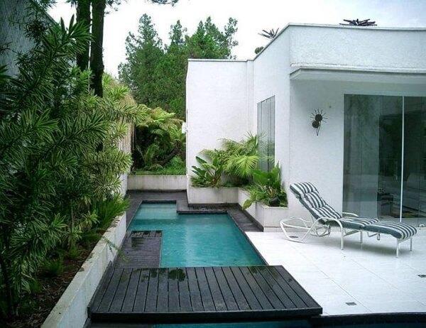 Aproveite o corredor lateral da casa para montar uma linda piscina pequena