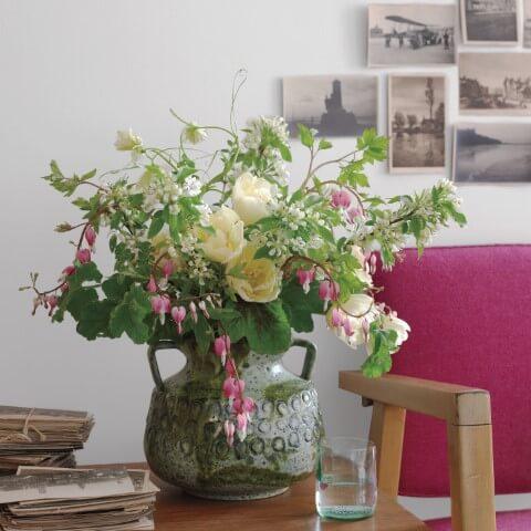 Arranjo com flores do campo em vaso rústico Foto de Martha Stewart