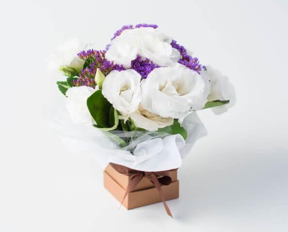 Arranjo de flores de campo em caixa Foto de Isabela Flores