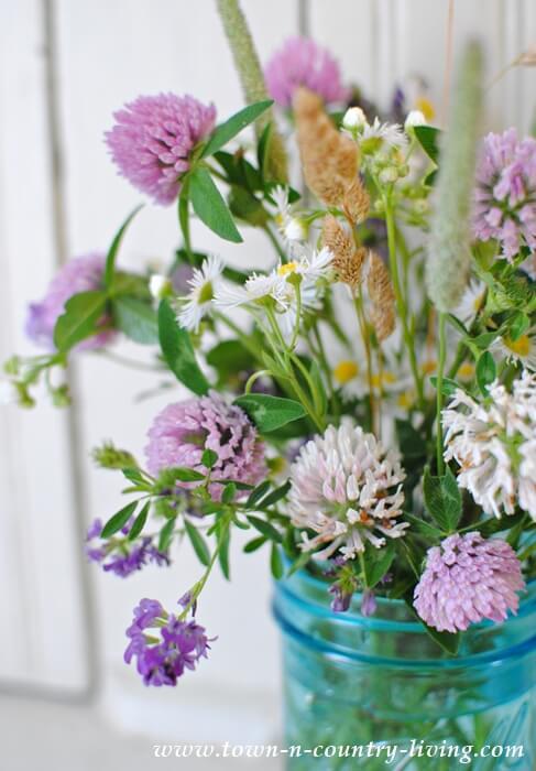 Arranjo de flores do campo brancas e roxas Foto de Town n Country