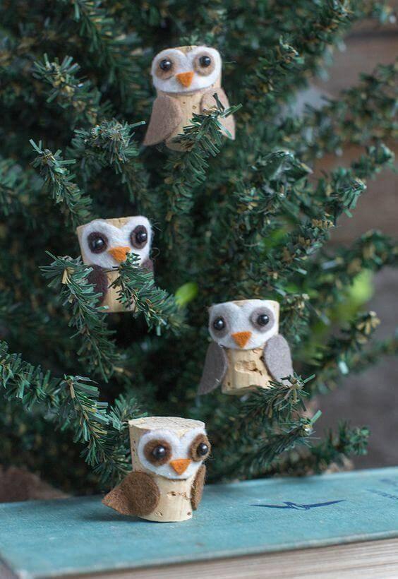 Artesanato de natal feito com rolhas formam lindas corujas
