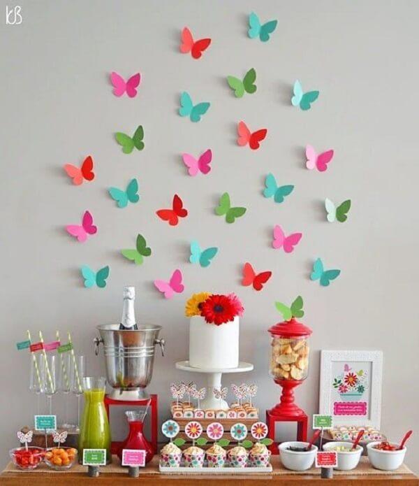 As borboletas da parede complementam a decoração da festa jardim encantado
