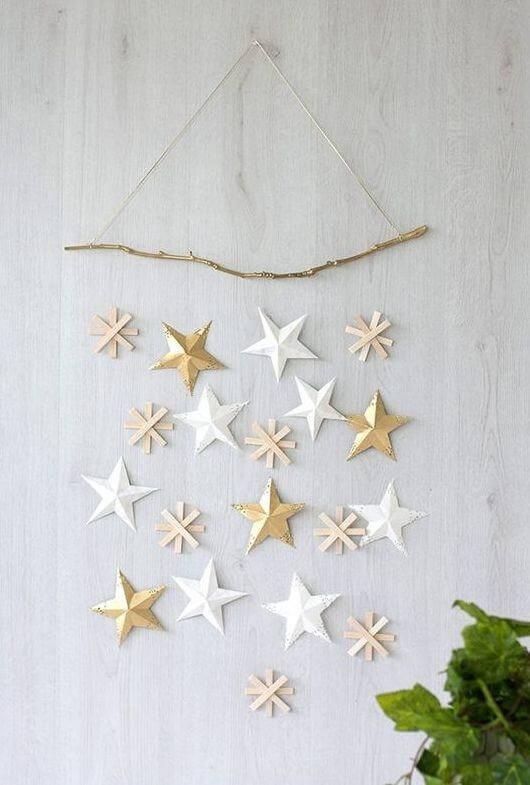 As estrelas douradas decoram a parede
