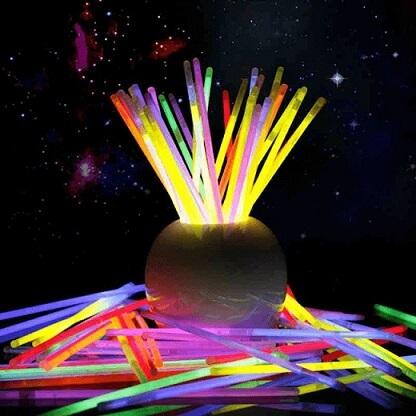 Bastões luminosos em decoração neon Foto de Casa e Festa