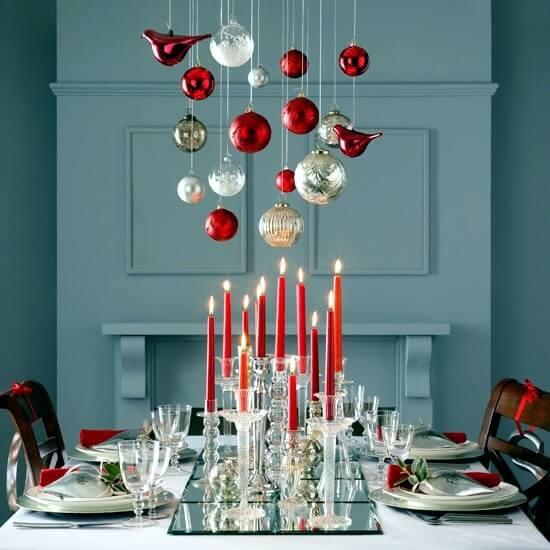 Bolas de natal em cima da mesa de ceia Foto de Of Design