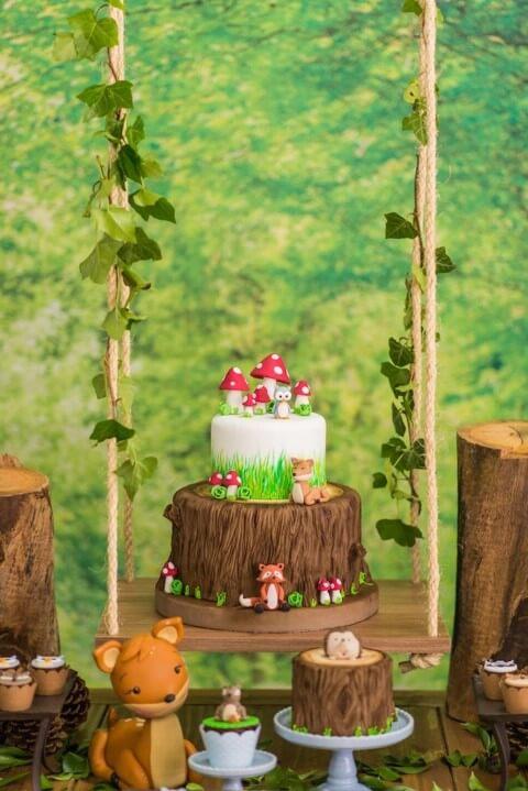 Bolo jardim encantado com base imitando madeira e parte de cima imitando grama Foto de Pinterest