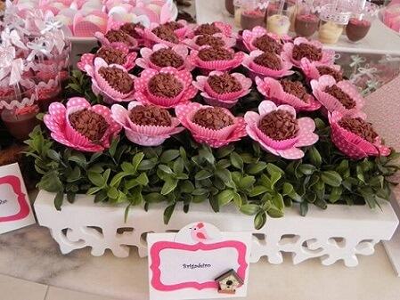 Brigadeiros com embalagens de flores em festa jardim encantado Foto de Webcomunica