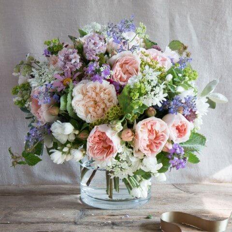 Buquê de flores do campo cheio em vaso de vidro Foto de Real Flowers