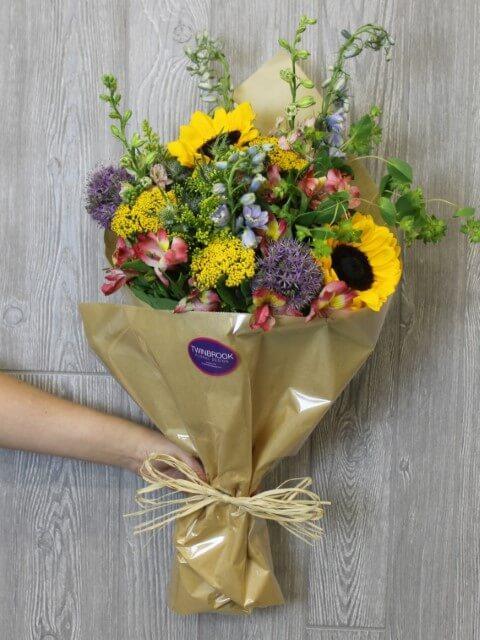 Buquê de flores do campo com girassois e outras flores Foto de Twin Brook Floral Design