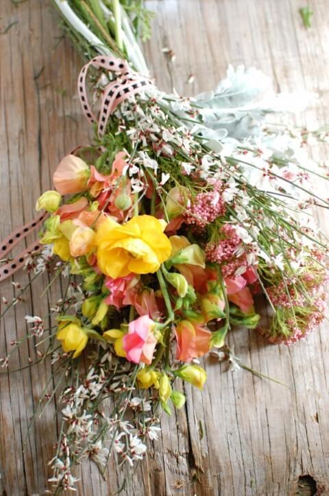 Buquê de flores do campo em tons de amarelo e rosa Foto de Sylvie & Joan