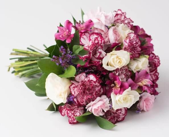Buquê de flores do campo em tons de rosa e branco Foto de Isabela Flores