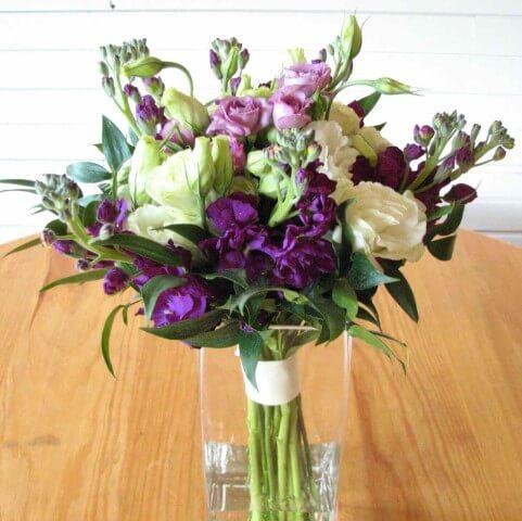 Buquê de flores do campo em tons de roxo Foto de Wedding Maxx