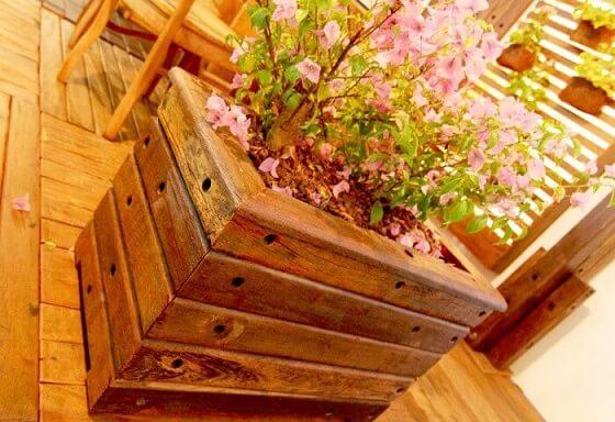 Cachepot de madeira com flores Foto de Eco Madeiras