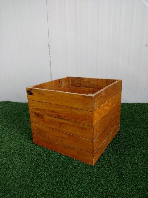 Cachepot de madeira similar a caixote Foto de Casa com Pallet