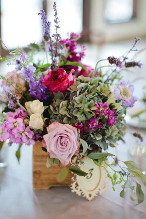 Caixa de madeira com arranjo de flores do campo Foto de Wild Lives