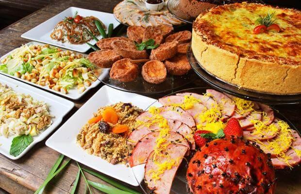 Ceia de natal com diversidade de pratos Foto de Pinterest