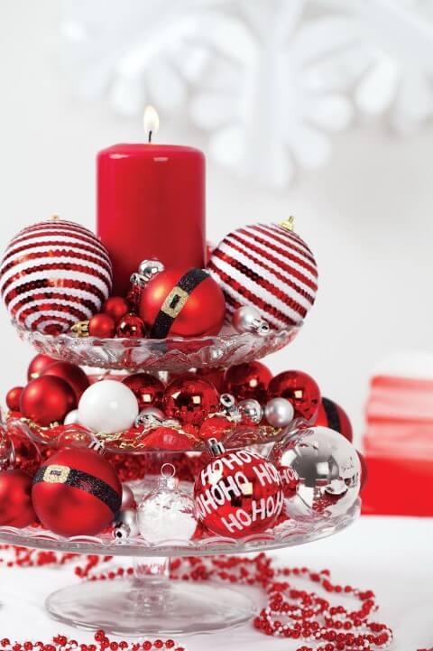 Centro de mesa com bolas de natal diversas para a ceia de natal Foto de Pinterest