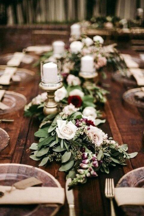 Centro de mesa de ceia de jantar com folhas e flores Foto de CurlyQue
