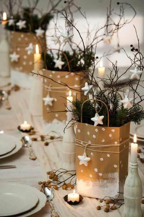 Cestas pintadas de dourado e branco como enfeites de mesa de ceia de natal Foto de House Beautiful