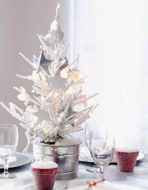 Mini árvore de natal branca decora o centro da mesa de jantar