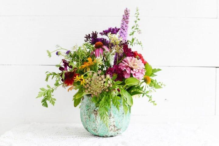 Combinação de flores do campo em vaso rústico Foto de 1812 Columbus