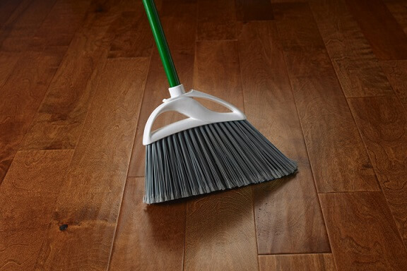 Como limpar piso laminado com vassoura Foto de Armstroong Flooring