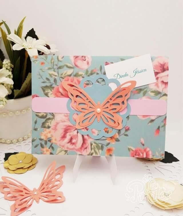 Convite jardim encantado com embalagem florida e borboleta Foto de La Pinita
