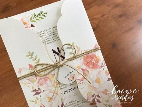 Convite jardim encantado com embalagem florida e laço de sisal Foto de Laços e Rendas