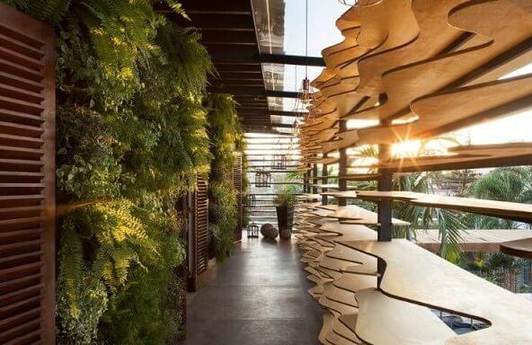 Corredor externo com jardim vertical Projeto de Casa Cor Franca 17