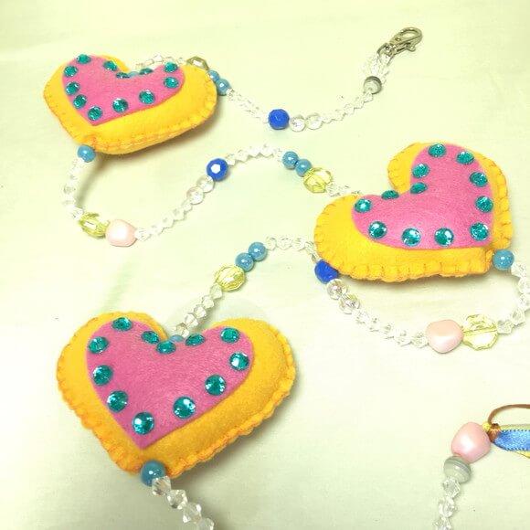 Cortina de coração amarelo com rosa e fio com miçangas Foto de Verbena