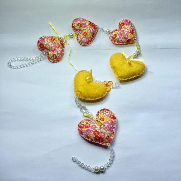 Cortina de coração amarelo e florido Foto de Frederico Garcêz