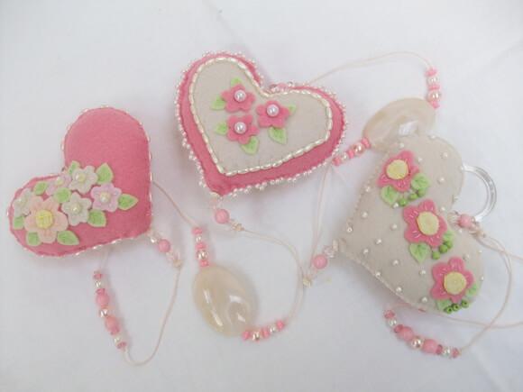 Cortina de coração de feltro rosa com florzinhas Foto de Donna Arteira Mimos