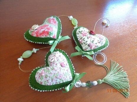 Cortina de coração de feltro verde com estampa florida Foto de Com Agulha e com Carinho