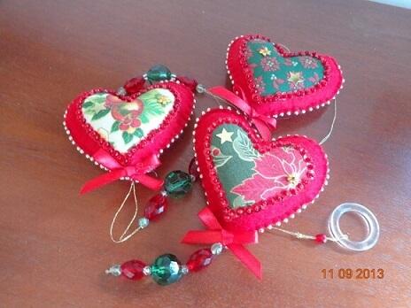 Cortina de coração de feltro vermelho com estampa natalina Foto de Com Agulha e com Carinho