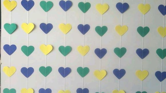 Cortina de coração de papel em azul, verde e amarelo Foto de Ateliê Rocha