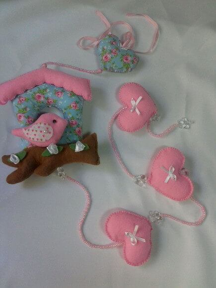 Cortina de coração rosa de feltro com passarinho Foto de Ateliê Sanda Acessórios
